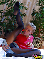 Juicy leggy MILF rips black pantyhose