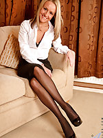 Hot Anilos cougar drills her milf pussy with a vibrator
